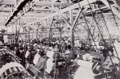創業当時 織工場内